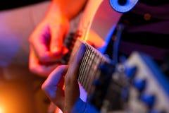 有一把空白吉他的新男性音乐家 图库摄影