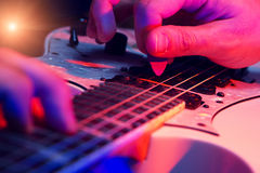 有一把空白吉他的新男性音乐家 免版税库存照片