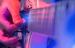 有一把空白吉他的新男性音乐家 免版税库存图片