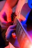 有一把空白吉他的新男性音乐家 库存照片