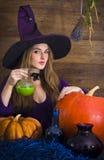 有一把笤帚和南瓜的白肤金发的巫婆为万圣夜 库存图片