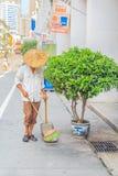 有一把笤帚的道路清扫工在中国 免版税图库摄影