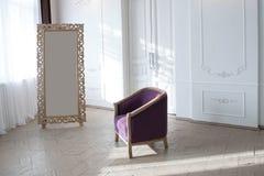 有一把紫色扶手椅子的绝尘室 图库摄影