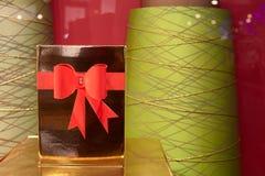 有一把红色丝带弓的一个美丽的礼物盒 库存照片