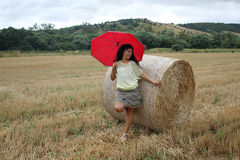 有一把红色伞的一名妇女 免版税库存照片