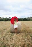 有一把红色伞的一名妇女 库存图片
