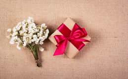 有一把红色弓和花的礼物盒 欢乐音乐会 复制空间 库存图片