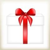 有一把红色弓的礼物盒,包装为礼物,在白色箱子的礼物,装箱与一条红色丝带, 免版税库存照片