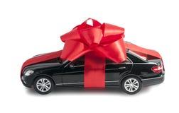 有一把红色弓的黑汽车 免版税图库摄影