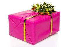 有一把金黄弓的桃红色礼物盒 免版税图库摄影