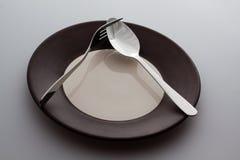 有一把银色叉子和匙子的板材 免版税库存图片