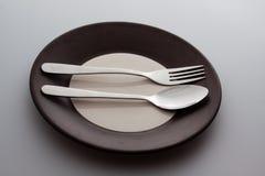 有一把银色叉子和匙子的板材 库存照片