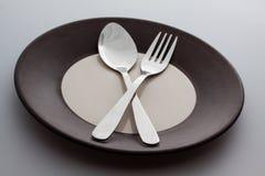 有一把银色叉子和匙子的板材 免版税图库摄影