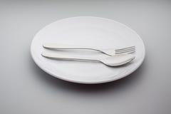 有一把银色叉子和匙子的板材 免版税库存照片