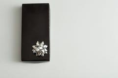 有一把银色弓的黑礼物盒 免版税图库摄影