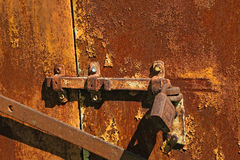 有一把锁的老生锈的螺栓在铁门 免版税库存照片
