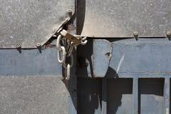 有一把锁的老门在链子 免版税库存图片