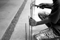 有一把锤子和钢标尺的亚裔工作者在黑白 免版税图库摄影