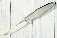 有一把镜子光亮的刀片的钢刀子 库存照片