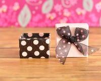 有一把黑和桃红色圆点弓的礼物盒 库存照片