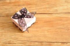有一把黑和桃红色圆点弓的礼物盒 免版税图库摄影