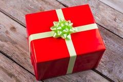 有一把绿色弓的大红色箱子 库存照片