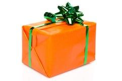 有一把绿色弓的橙色礼物盒 免版税库存图片