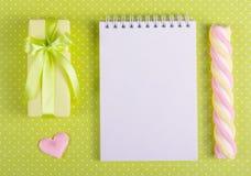 有一把绿色弓的礼物盒在圆点背景 免版税库存照片