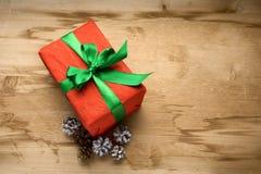 有一把绿色弓的礼物红色箱子在桌上 库存图片