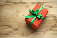 有一把绿色弓的礼物红色箱子在桌上 图库摄影