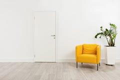 有一把黄色扶手椅子的当代候诊室 免版税库存照片