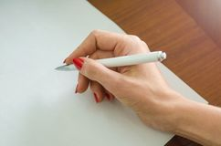 有一支笔的女孩在她的手上 免版税图库摄影