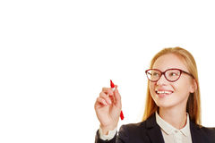 有一支红色笔的白肤金发的女实业家 库存图片