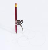 有一支被插入的铅笔的简单的学校金属指南针 免版税库存照片
