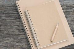 有一支铅笔的笔记本在木 免版税库存照片