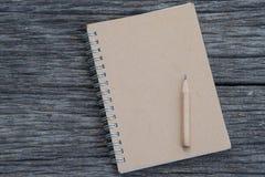 有一支铅笔的笔记本在木 库存图片