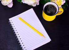 有一支黄色木铅笔的纸笔记本 库存图片
