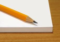 有一支黄色铅笔的笔记本 免版税库存照片