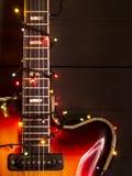 有一本被点燃的诗歌选的老电吉他在黑暗的背景 问候,圣诞节,新年贺卡 复制空间 免版税库存照片