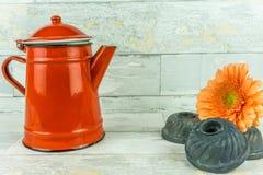 有一朵五颜六色的花的红色咖啡壶 免版税库存照片