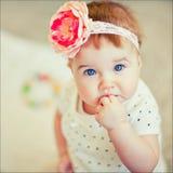 有一朵弓花的一个小女孩在头 免版税库存图片