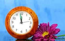 有一朵桃红色菊花的一块手表 免版税图库摄影
