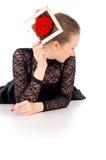 有一朵玫瑰的女孩在她的头发和查出的框架 免版税库存照片