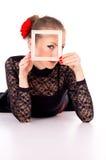 有一朵玫瑰的女孩在她的头发和框架 图库摄影