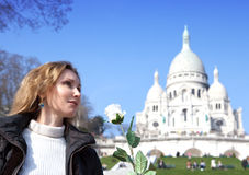 有一朵玫瑰的美丽的妇女在Sacre-Coeur前大教堂,蒙马特 巴黎 免版税库存照片