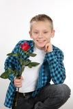 有一朵玫瑰的年轻男孩在情人节 免版税库存图片