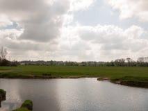 有一朵白色云彩的一条河在它反射了 库存照片