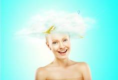有一朵白色云彩的妇女在头 免版税库存照片