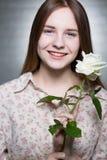 有一朵白色玫瑰的女孩 免版税库存图片