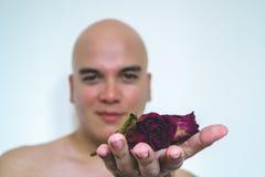 有一朵红色玫瑰的一个人 免版税库存图片